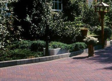 KL Edging to a block paving driveway